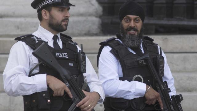 Polícia fecha área do parlamento após encontrarem pacote suspeito