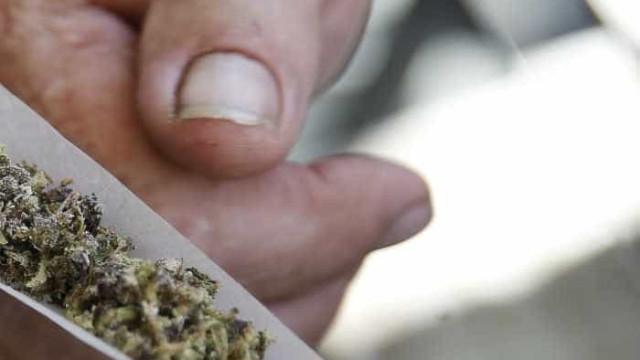 Polícia detém casal por fumar  maconha na frente dos filhos