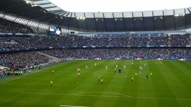 Torcedores do West Ham apedrejam ônibus do Manchester United