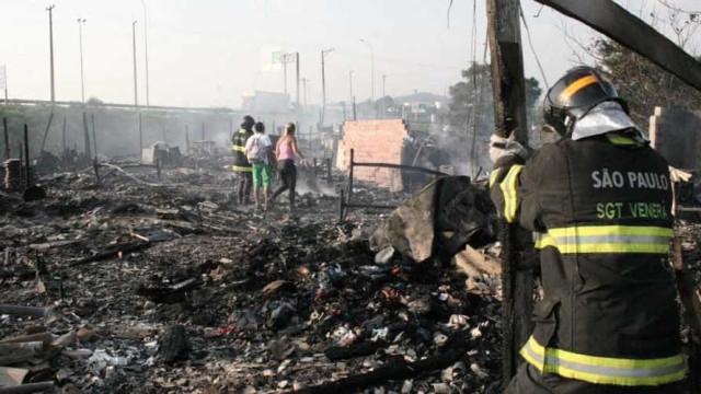 PM reintegra área da Favela da Ilha, após incêndios na madrugada