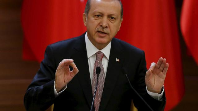 Pesquisas indicam resultado  favorável a Erdogan em plebiscito