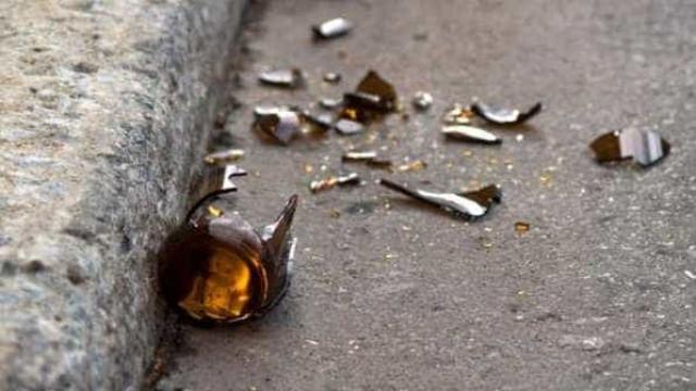 Mulher é presa após matar próprio pai a garrafadas
