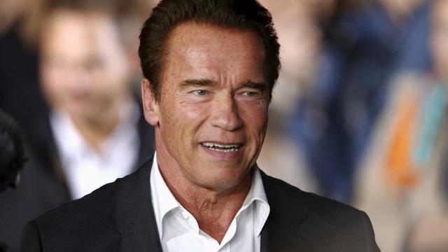 'Venha comigo se quiser viver', diz Arnold Schwarzenegger ao tomar vacina contra Covid-19