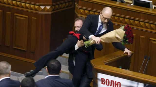 Ramo de rosas gera cena de pancadaria no Parlamento ucraniano