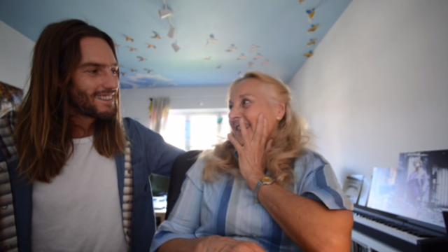 Filho faz vídeo escondido da mãe para achar namorado para ela