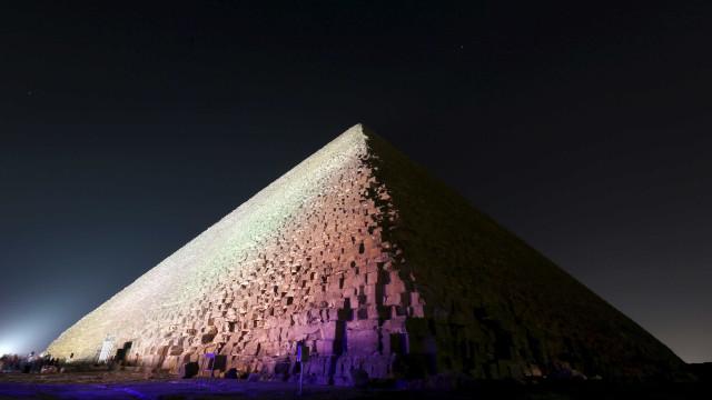 Jovem se arrisca e escala a Pirâmide de Gizé sem autorização. Assista!
