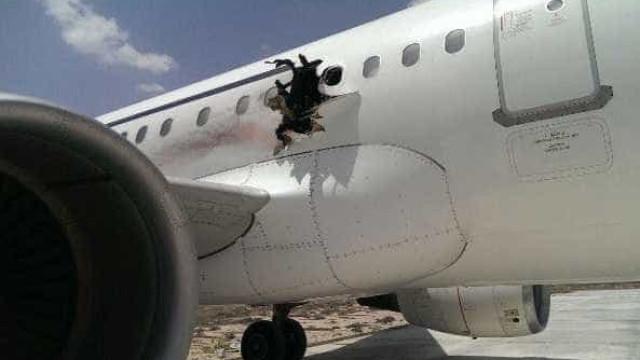Explosão em voo abre buraco na fuselagem