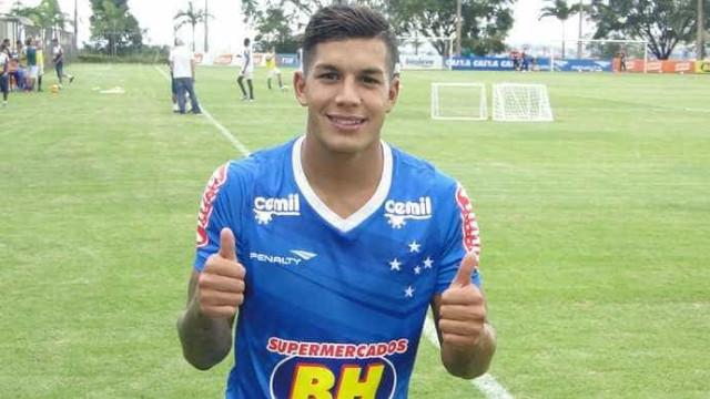 Lucas Romero aposta na polivalência para conquistar titularidade no Cruzeiro
