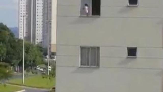 Vídeo mostra criança andando em janela de prédio. Assista!