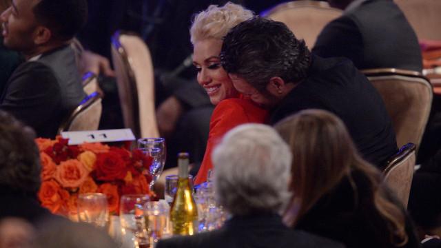 Gwen Stefani e Blake Shelton são flagrados aos beijos em piscina