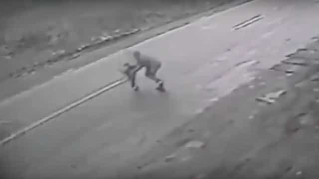 Homem arrisca a vida para salvar criança de atropelamento fatal