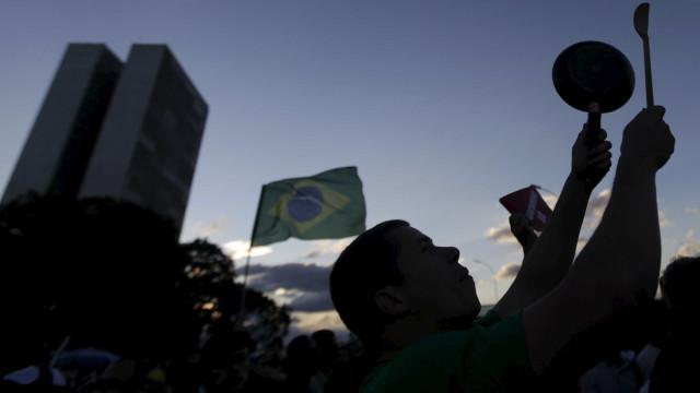 Apoiadores de Bolsonaro pedem intervenção militar em manifestação