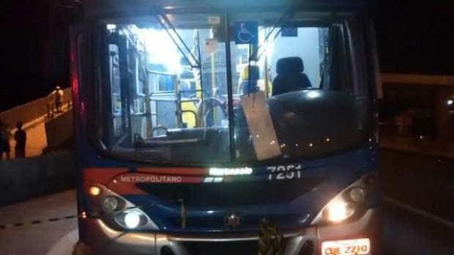 Bandido é surpreendido por policial e morre ao assaltar um ônibus em SP