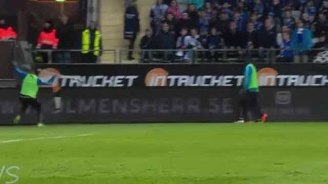 Partida é suspensa após jogador atirar bandeira contra torcedores