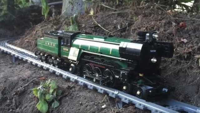 Impressionante! Trem de brinquedo tem trilhos infinitos; veja!