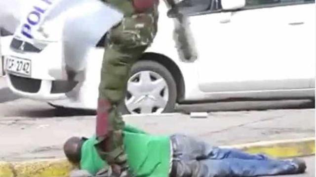 Policial mata manifestante à pancadas e vídeo viraliza