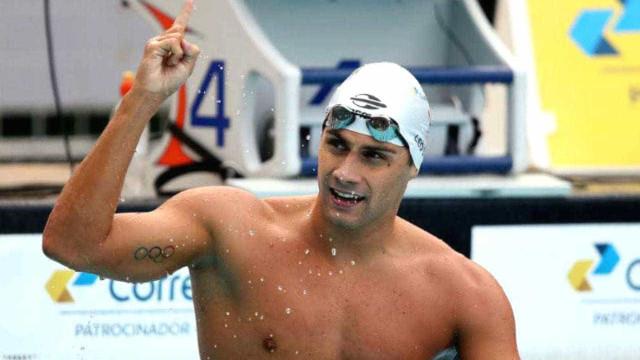 Nadador Leonardo de Deus faz 'tour' em vídeo pela Piscina Olímpica