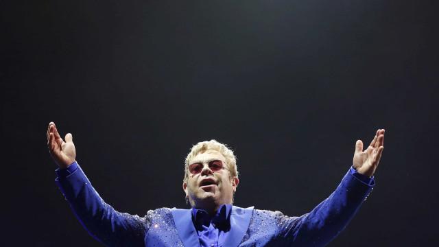 Elton John homenageia vítimas de Orlando