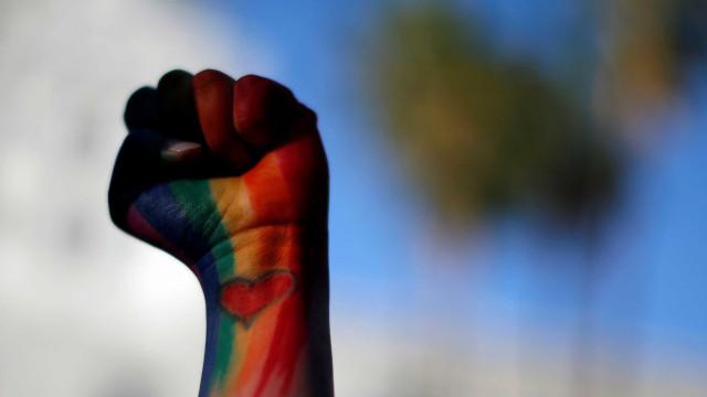 Embaixadas dos EUA contrariam Trump e estão hasteando bandeira LGBTQ