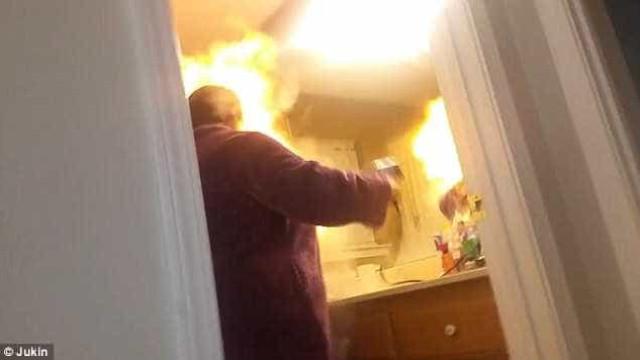 Pegadinha com talco em secador de cabelo acaba em fogo
