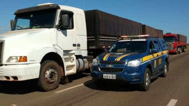 PRF apreende duas carretas com R$ 6 milhões em cigarros no Paraná