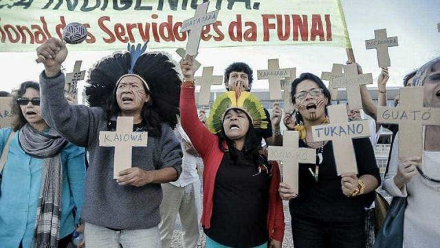Servidores da Funai protestam contra militar que defende golpe