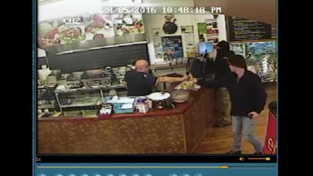 Homem vira as costas e ignora ladrão armado durante assalto
