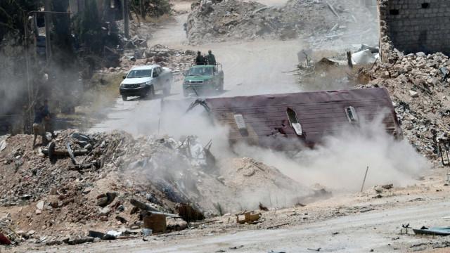 Sírios fogem de Aleppo através  de corredores humanitários