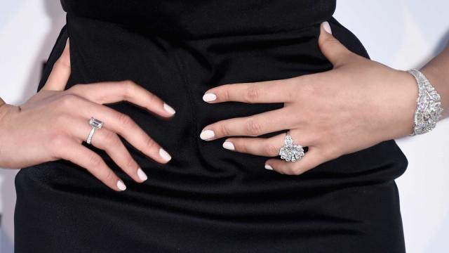 Casal compra móvel em leilão e descobre  diamantes escondidos