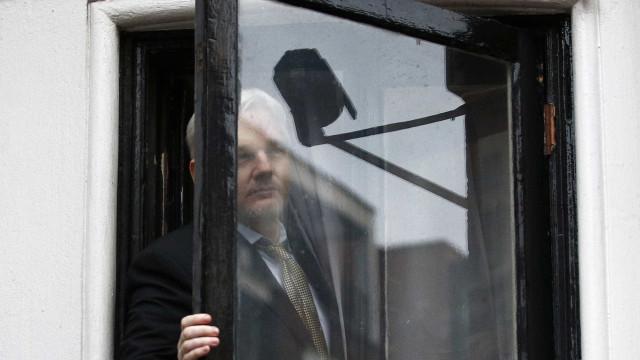 Equador vai permitir que suecos interroguem  Assange em embaixada