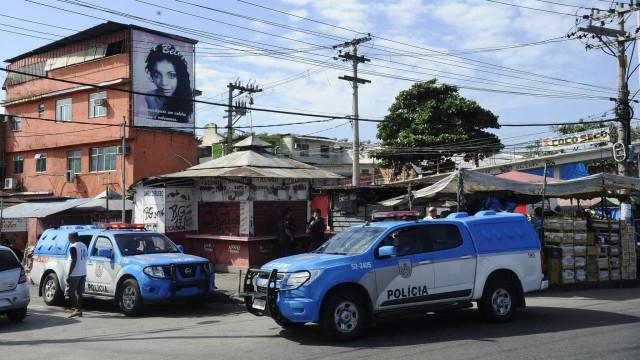 Policiais militares fazem operação no Complexo da Maré