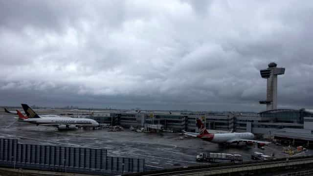 Avião retorna ao aeroporto JFK após relato de fogo na turbina