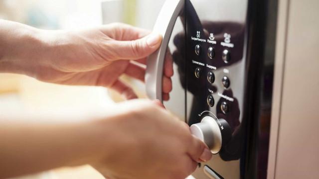 Aquecer a comida no microondas faz com que esta perca os nutrientes?