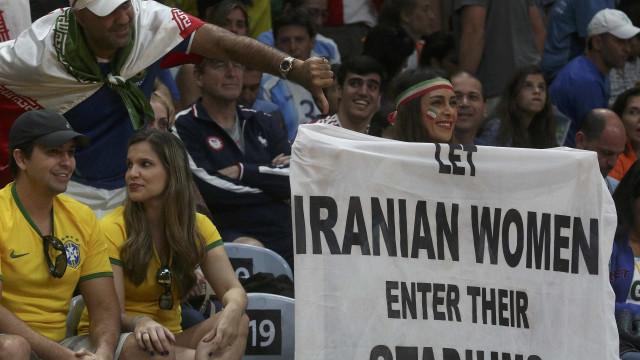 Fifa pressiona Irã para permitir mulheres em estádios de futebol