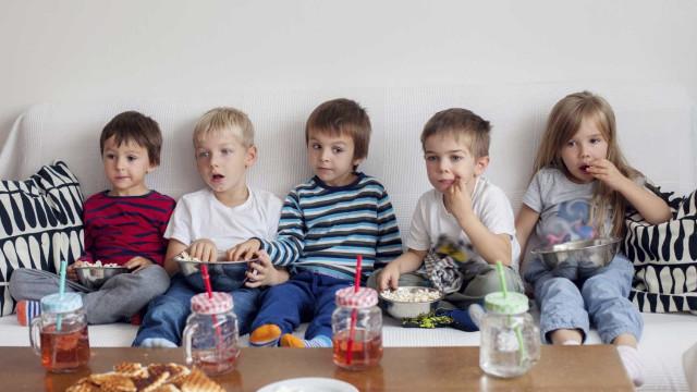Publicidades de comida afetam cérebro das crianças, diz estudo