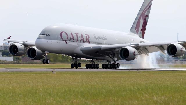 Mulher dá à luz em pleno voo num avião da Qatar Airways