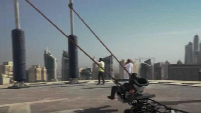 Acrobata faz 'estilingue humano' do alto de prédio em Dubai; veja!