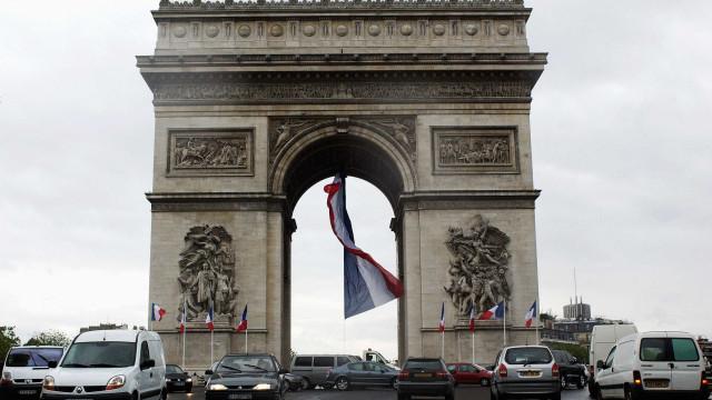 Área do Arco do Triunfo, em Paris, é evacuada por ameaça de bomba
