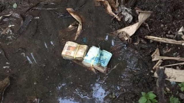 Dinheiro para compra de votos é retirado da lama em quintal