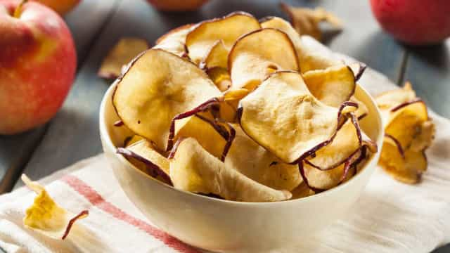 Aprenda a fazer um petisco saudável: chips de frutas
