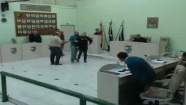 Parlamentares trocam socos em sessão da Câmara; assista!