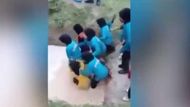 Meninas são atiradas em poça com cobras em ritual para formar caráter