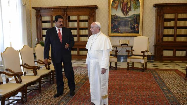 Em meio a crise, Papa recebe Maduro e pede diálogo