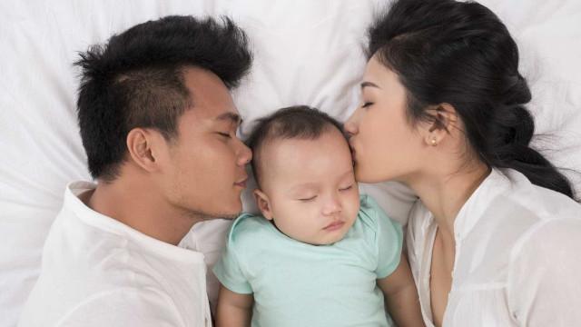 Cama ou berço: onde o bebê deve dormir?