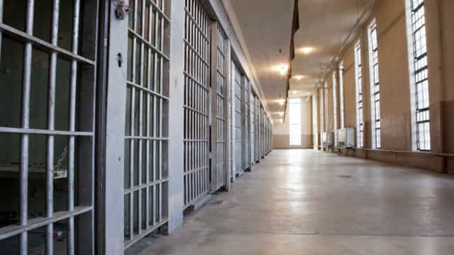 EUA: Preso morre após guardas o atingirem com gás pimenta na cela