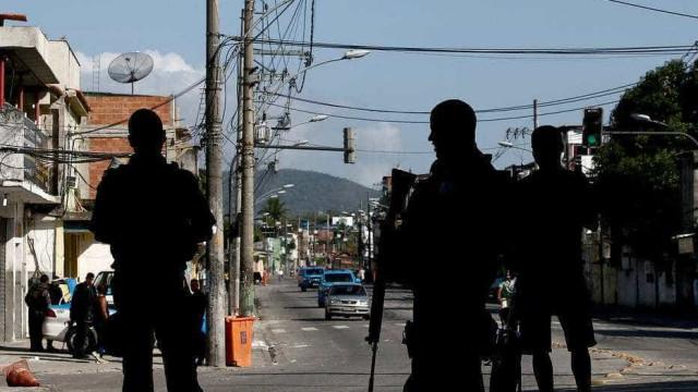 PMs são recebidos a tiros  durante festa na Cidade de Deus