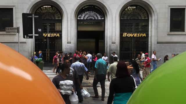 Bolsa sobe 1,86% e dólar cai a R$ 3,71