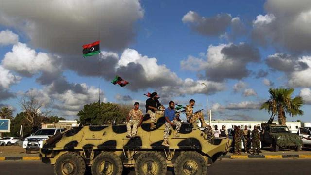 Regime de emergência entra em vigor na Líbia, exército toma o poder