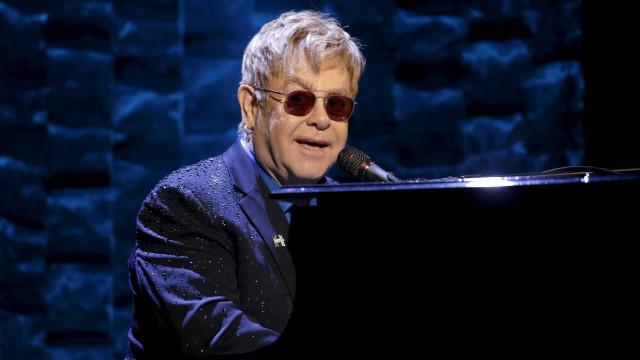 Elton John chora ao cantar música em homenagem a George Michael