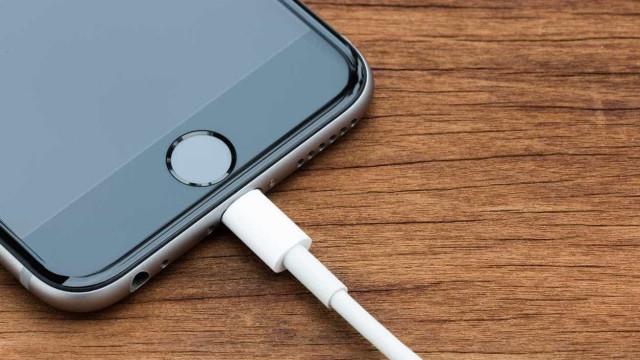 Donos de novos iPhones relatam erro ao recarregar bateria do celular